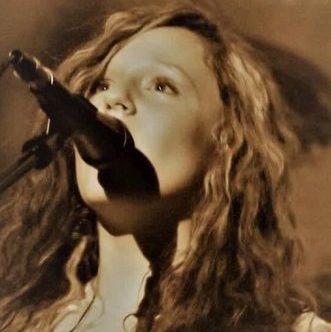 EmiSunshine at CMA Fest: old school music turned upside down – Guitar Girl Magazine