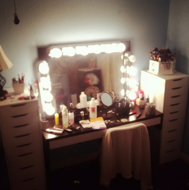 Lighted Mirror Vanity Set