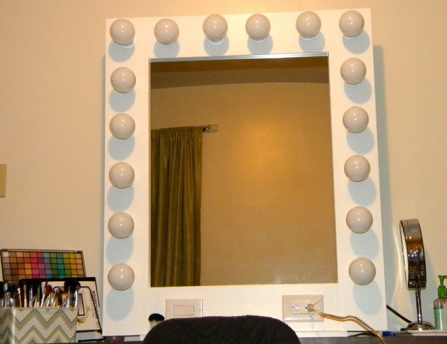 Mirror With Light Bulbs Around The Edge