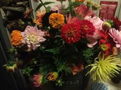 herfstboeket met zinnias en dahlias