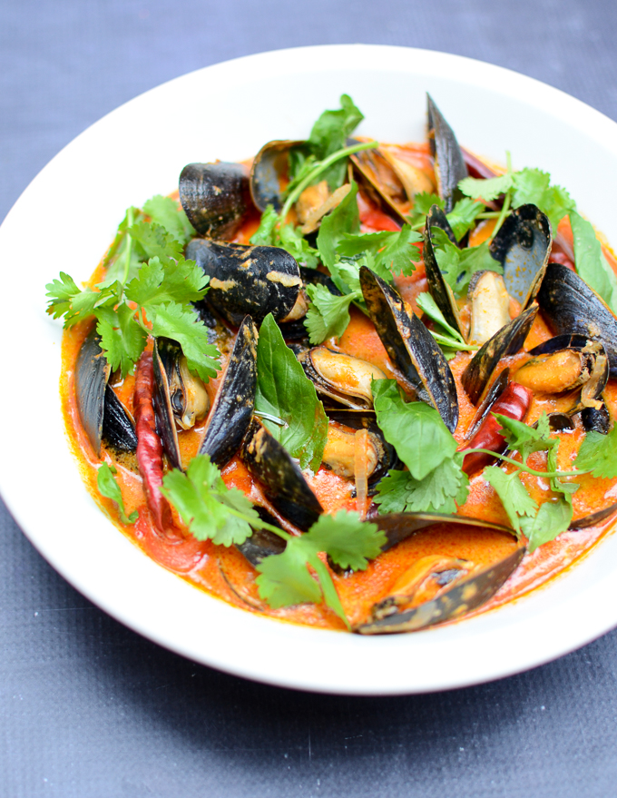 Mussels in Red Coconut Curry | www.theeverykitchen.com
