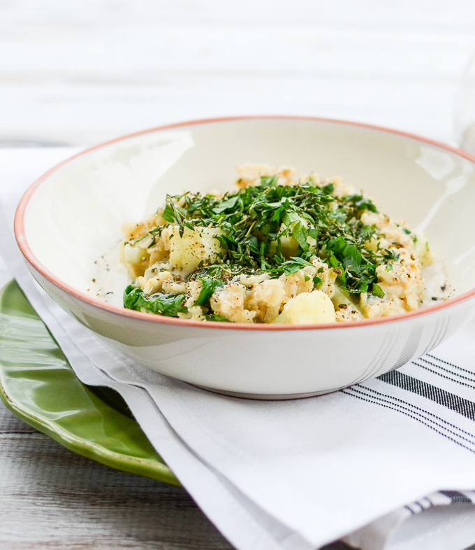Savory Spinach Cauliflower Oatmeal might be better than sweet oatmeal. Can we agree? Take 15 minutes to whip up this recipe and find out for yourself! | theeverykitchen.com