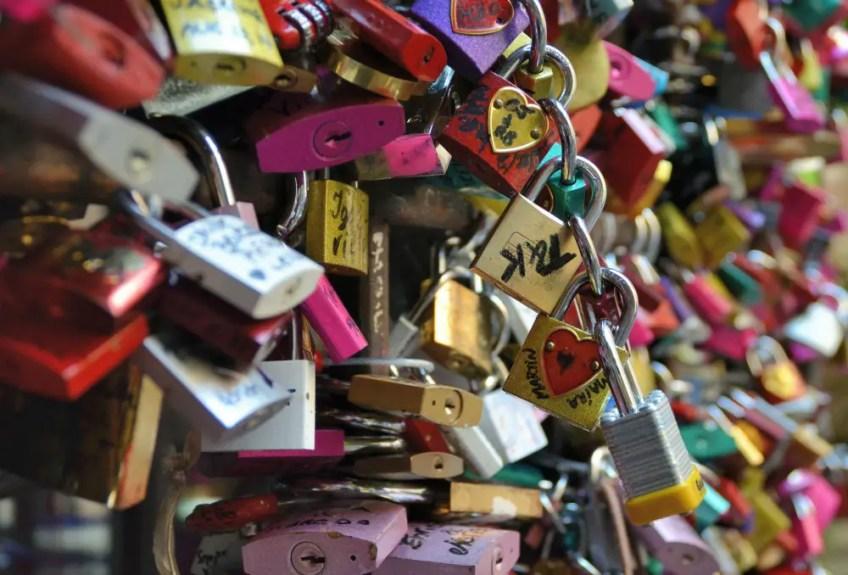 romeo and juliet in verona italy, juliet's balcony, locks of love,
