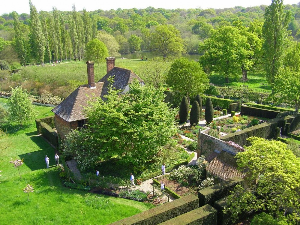 Beautiful gardens, Sissinghurst-Castle-Garden-Photo-by-Natasha-von-Geldern