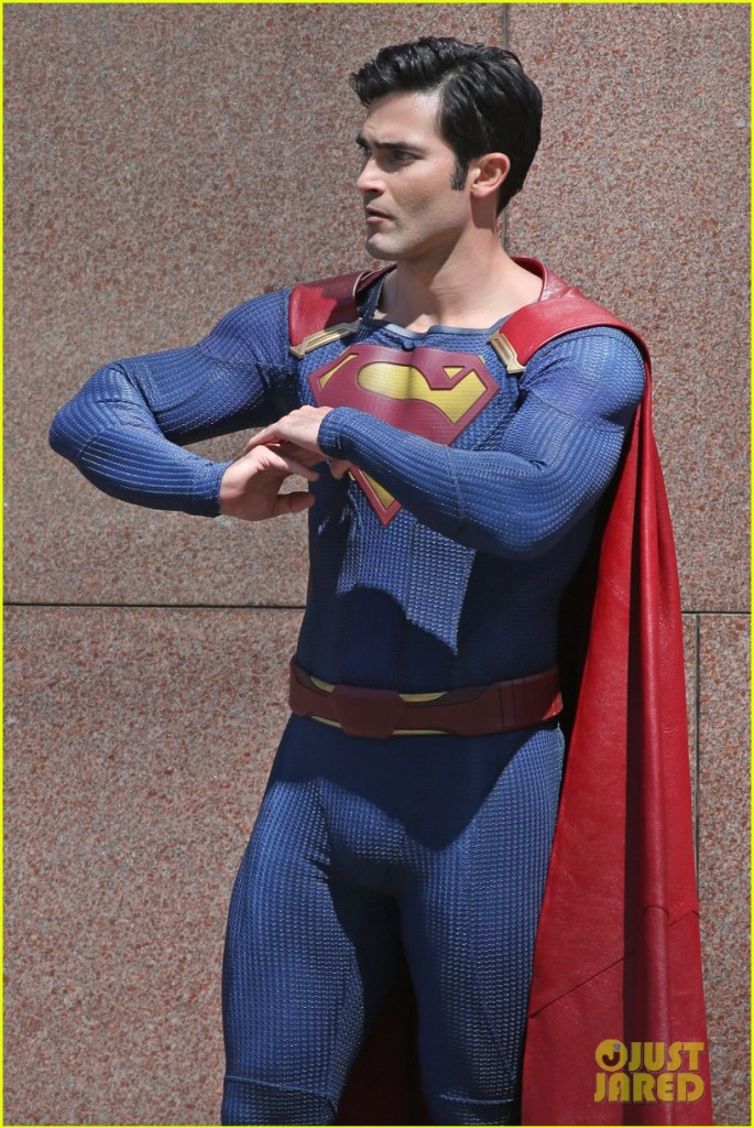 tyler-hoechlin-saves-day-on-supergirl-as-superman-filming-11