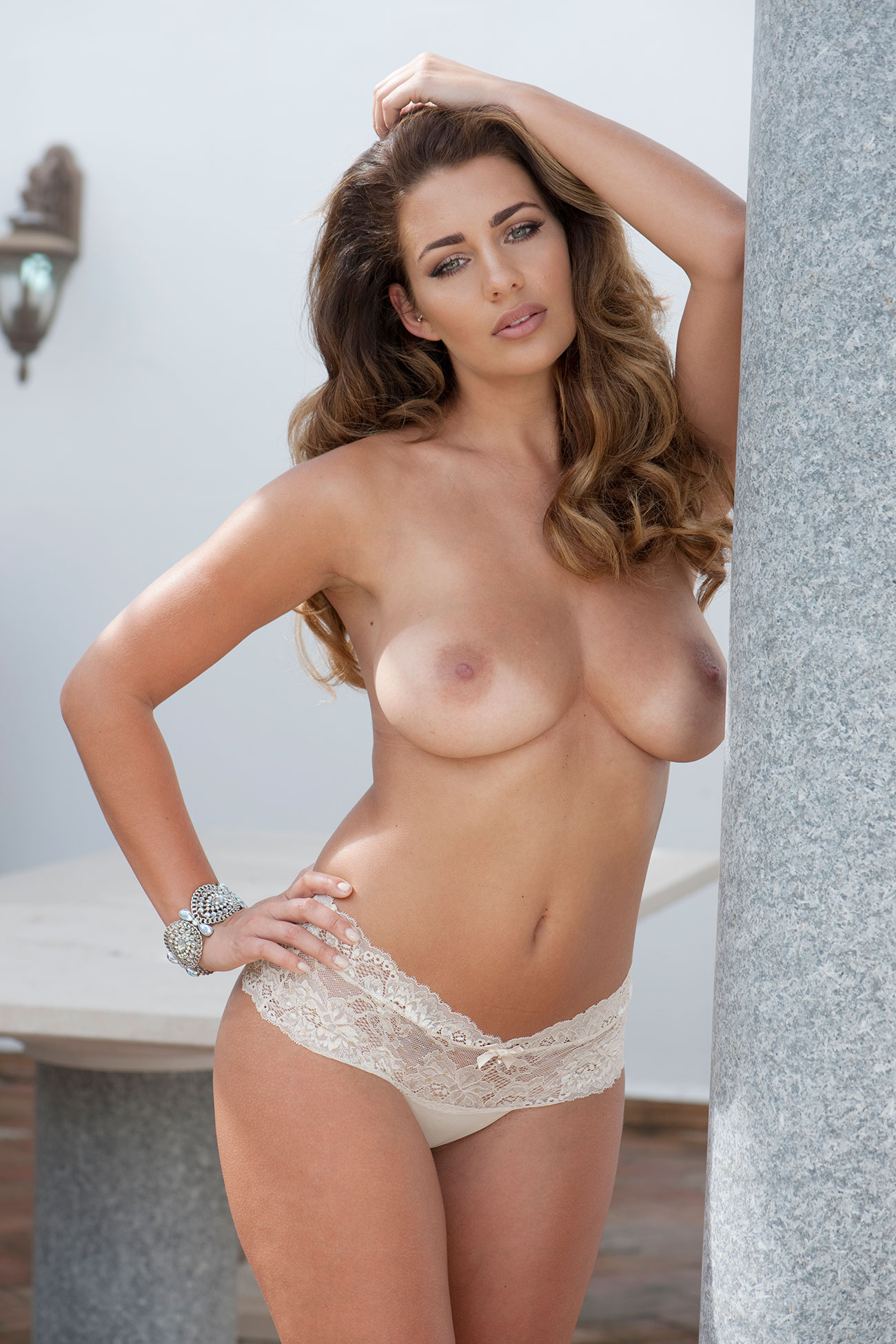 Holly Peers Topless (2 Photos)