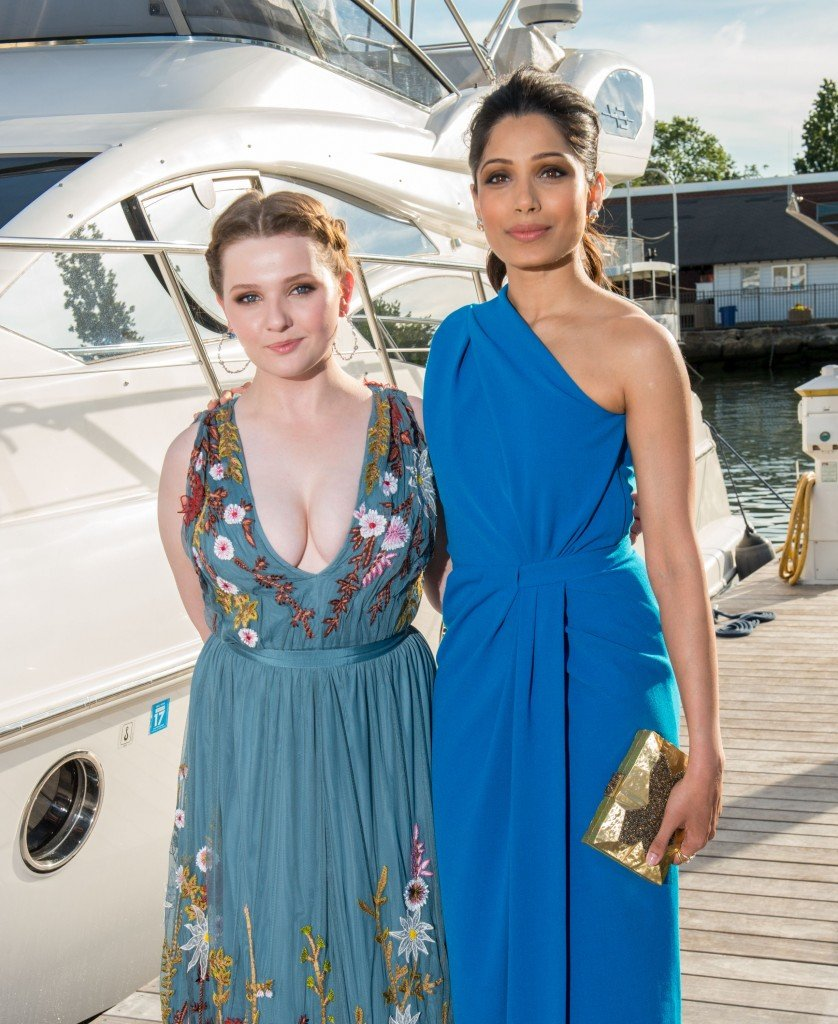 Abigail Breslin Cleavage (15 Photos)