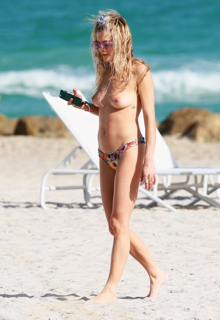 Chelsea Leyland Topless (6 Photos)