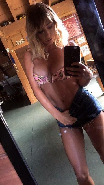 Sara Underwood Sexy & Topless (19 Photos + GIFs)