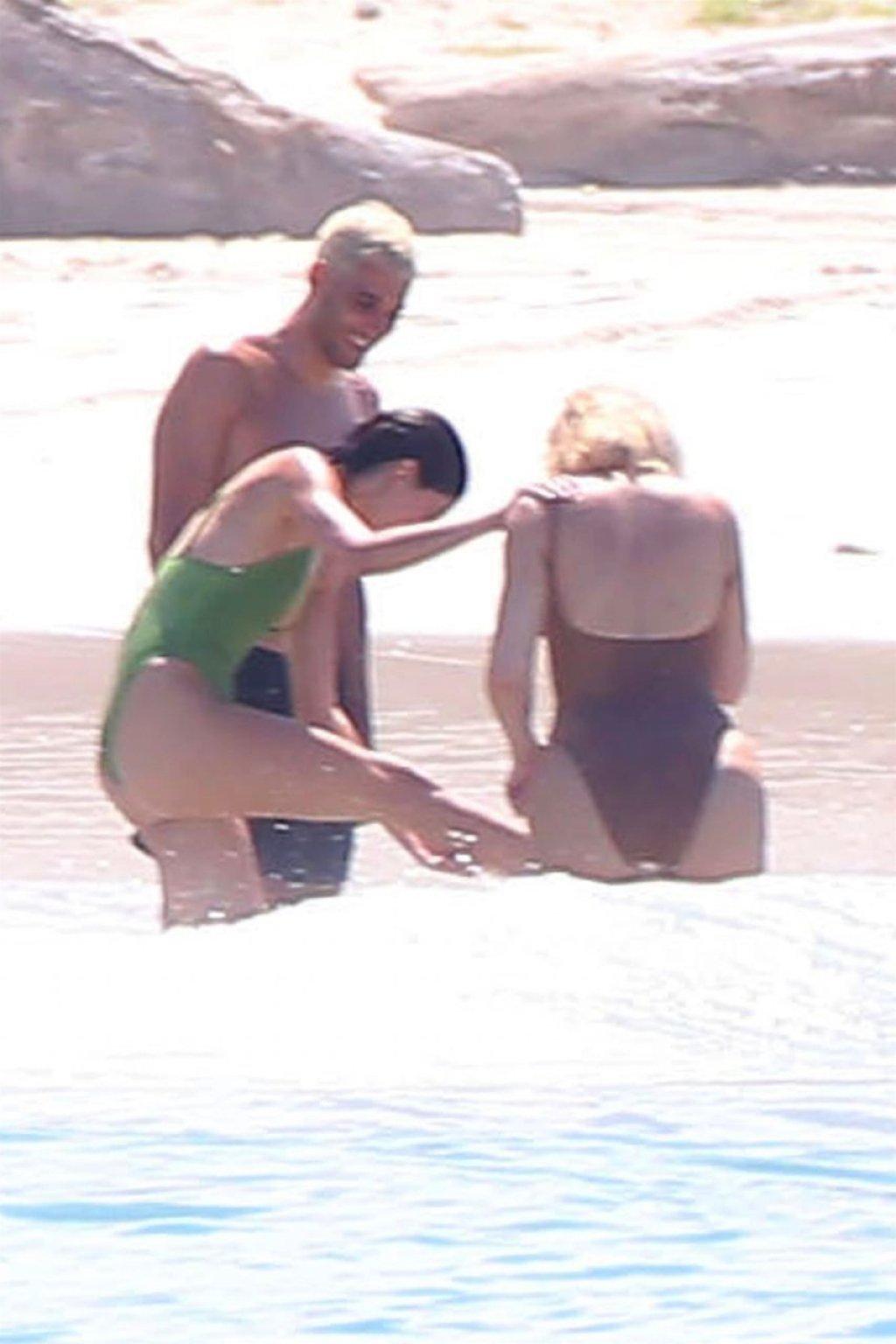 Khloe Kardashian & Kendall Jenner Sexy (198 Photos)