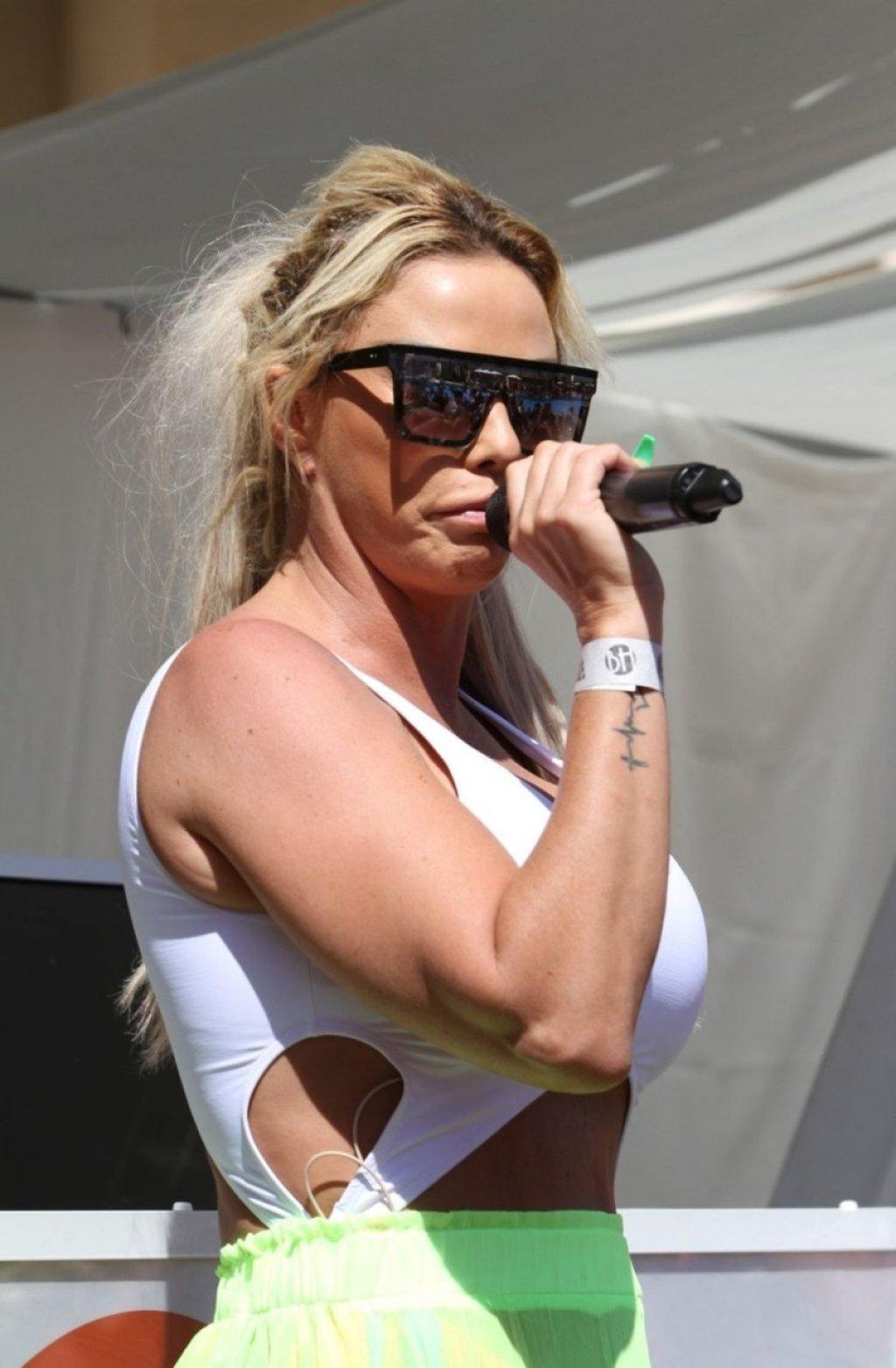 Katie Price Sexy (101 Photos)