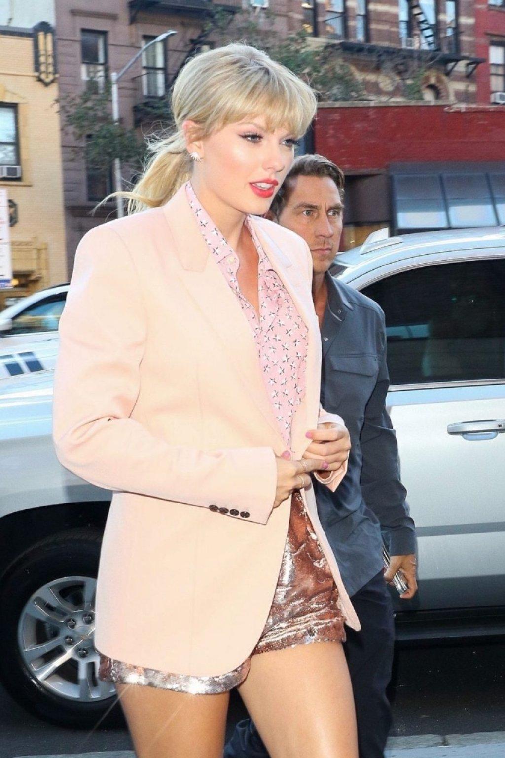 Taylor Swift Sexy (51 Photos)