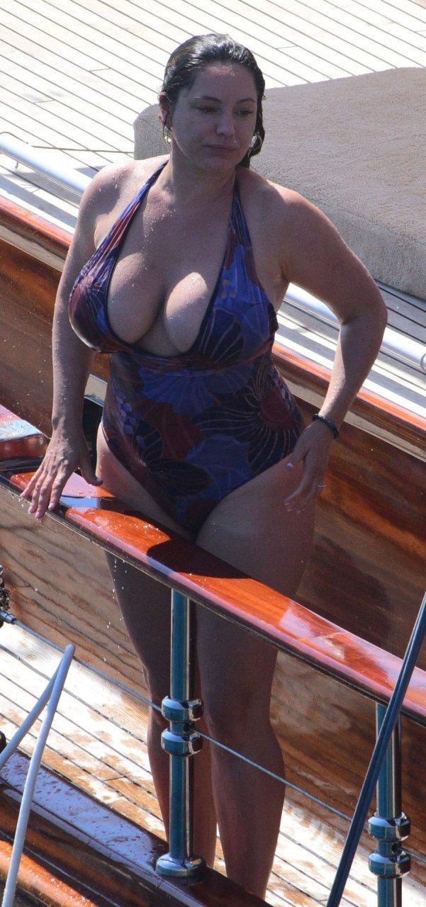 Kelly Brook (13 Sexy Photos)