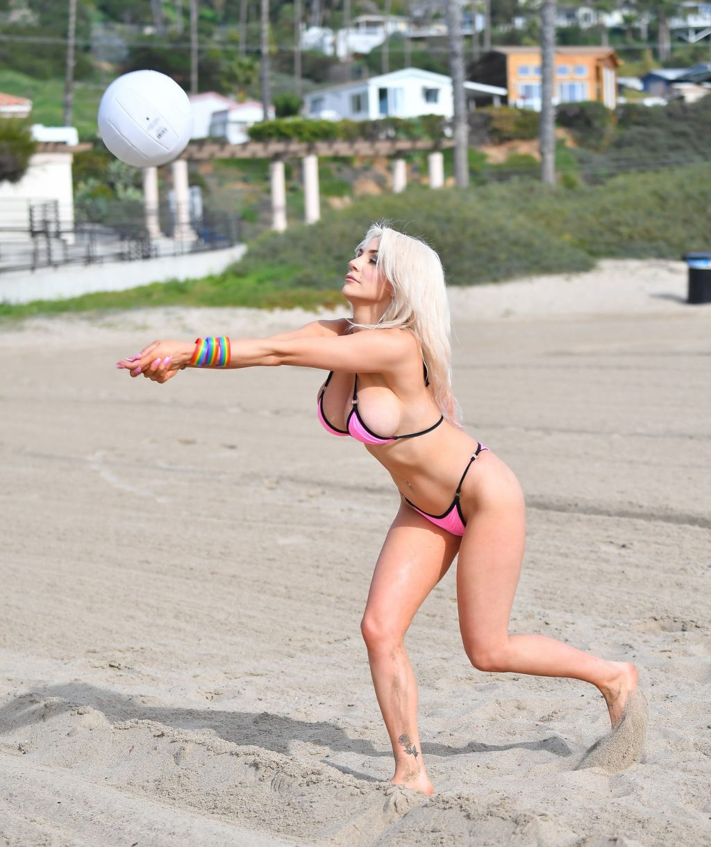 Busty Courtney Stodden Poses on the Beach in Santa Monica (24 Photos)