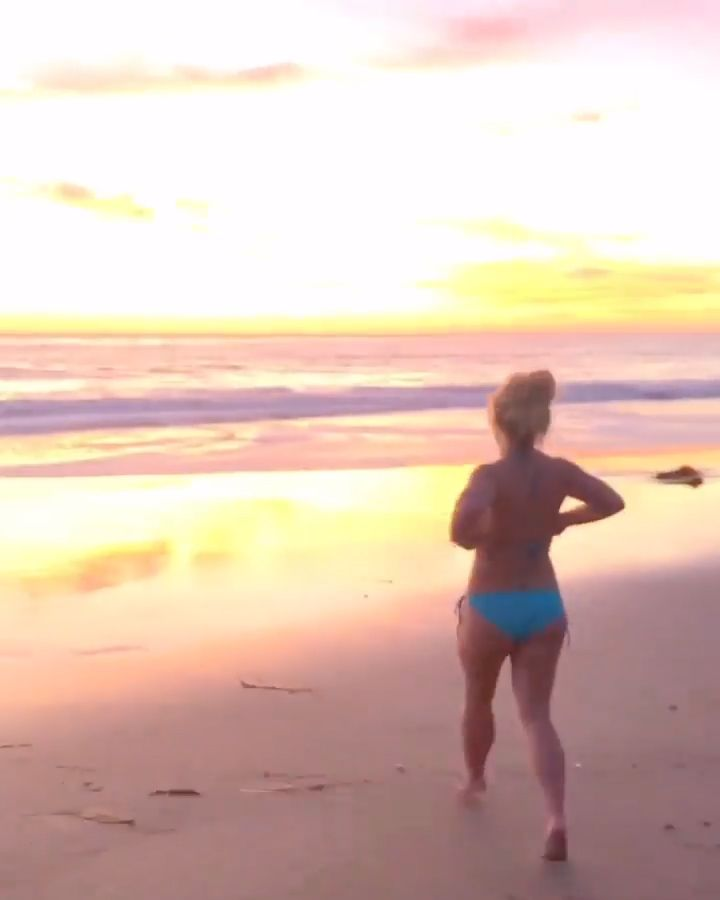 Britney Spears Flaunts Her Sexy Bikini Body on the Beach (6 Pics + Video)