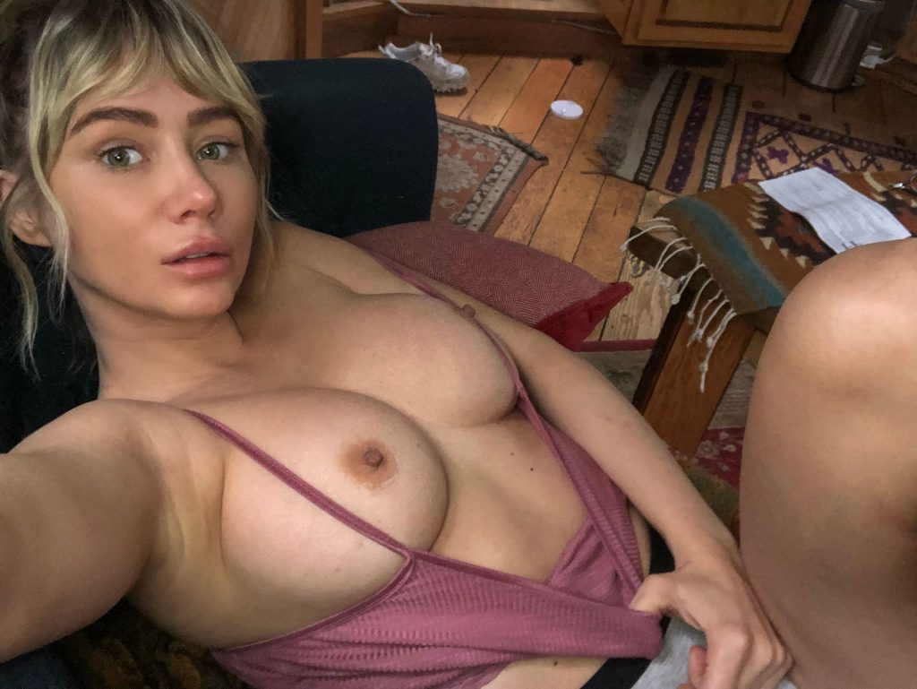 Sara Underwood Shows Her Tits For Her Fans (3 Photos)