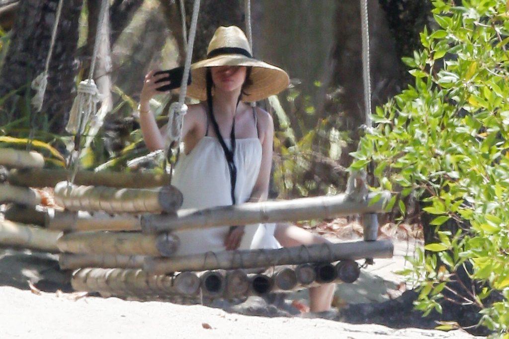 Ana de Armas Is Taking Selfies at the Beach (22 Photos)