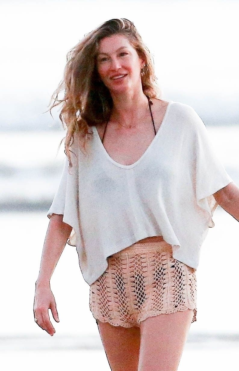 Gisele Bündchen Enjoys a Sunset Stroll with Her Daughter Vivian Lake Brady and a Friend in Costa Rica (24 Photos)