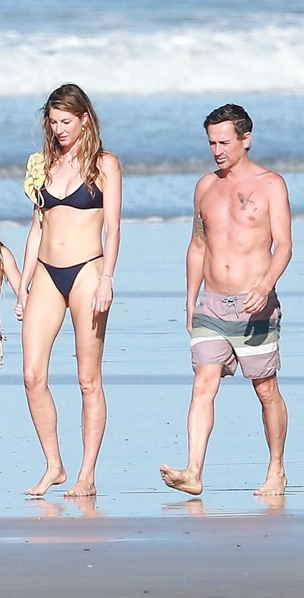 Sexy Gisele Bündchen Takes a Morning Walk on the Beach in Costa Rica (11 Photos)