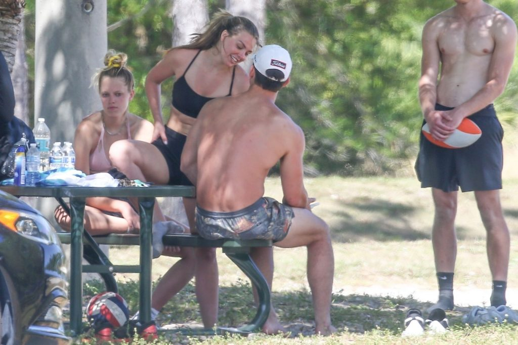 Tyler Cameron & Hannah Brown Are Doing Some Workout With a Group of People (39 Photos)