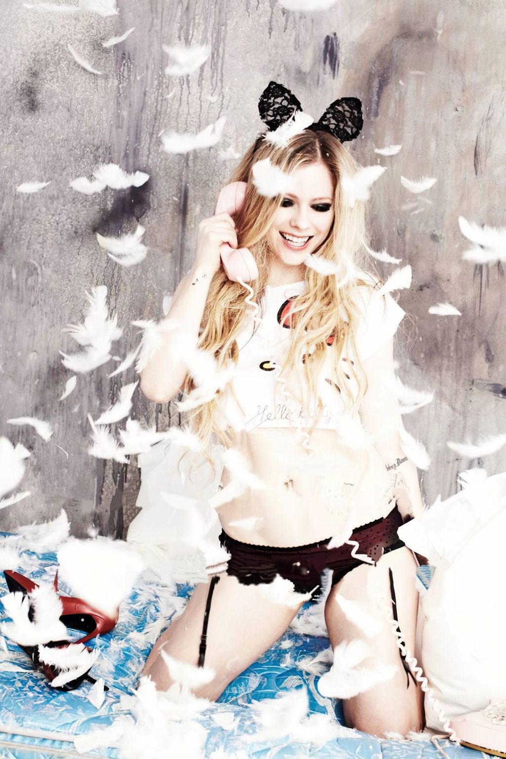 Avril Lavigne Nude & Sexy (7 Photos)