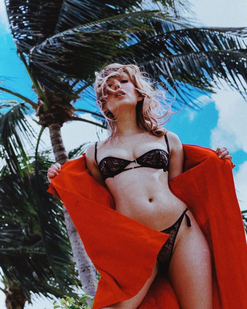 Scarlett Lillia Nude & Sexy (13 Photos)