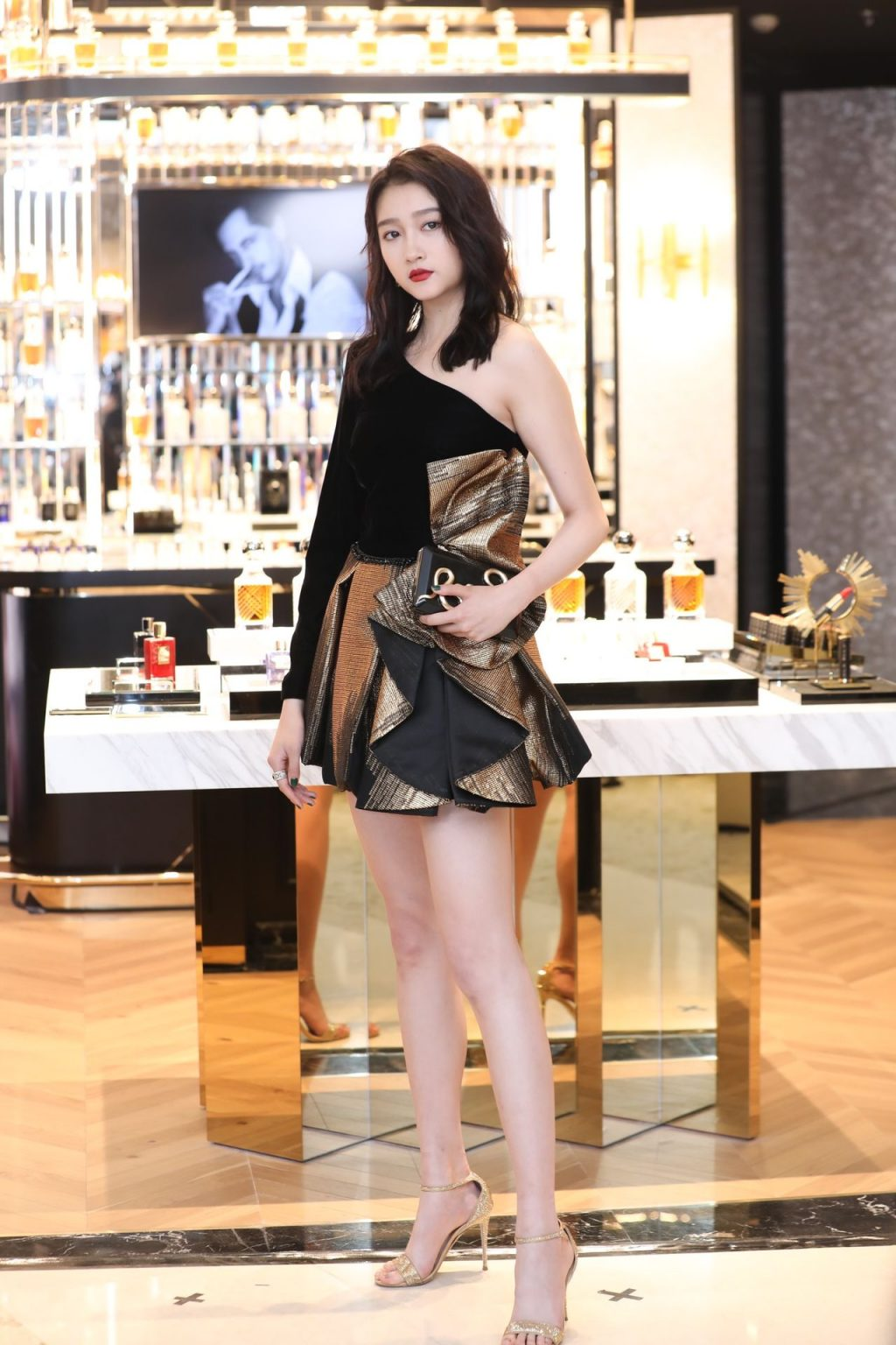 Guan Xiaotong Shows Off Her Slender Legs in Shanghai (19 Photos)