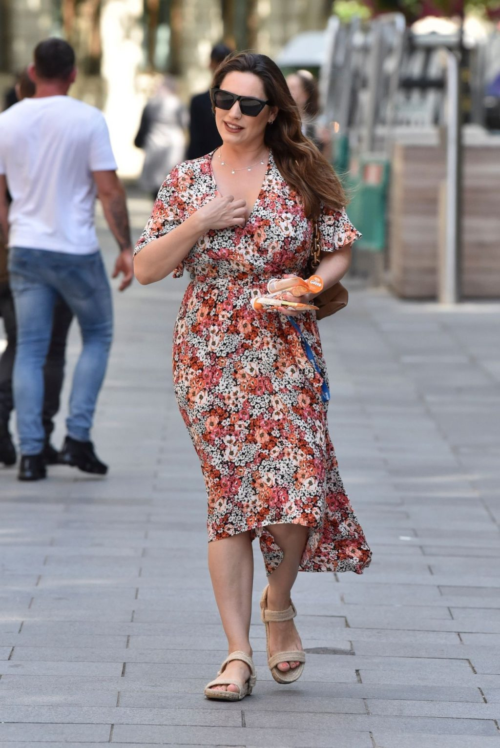 Kelly Brook Hides Her Sexy Boobs From The Paparazzi (49 Photos)