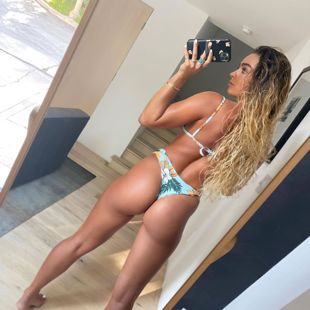 Sommer Ray Shows Off Her Booty (6 Photos)