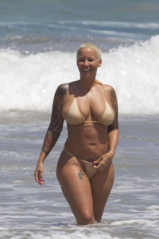 Amber Rose shows her big tits