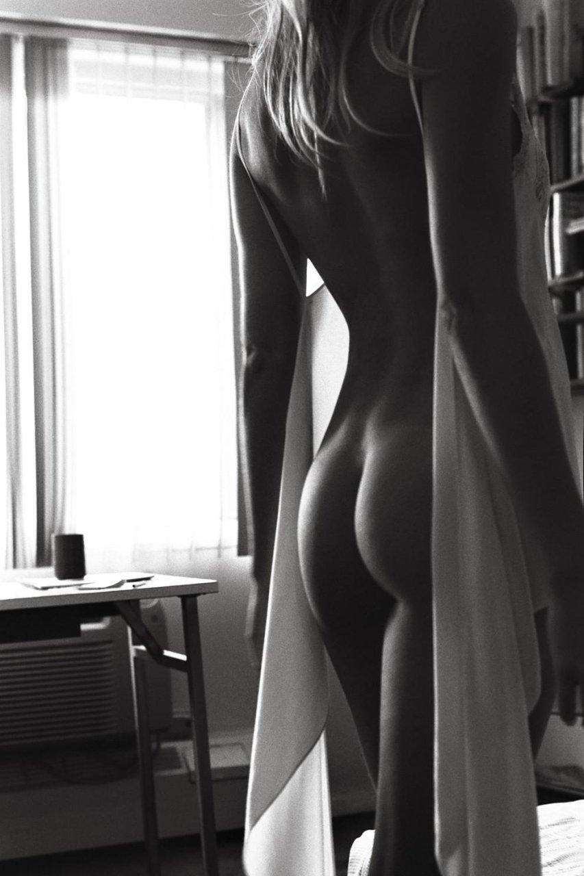 Naked photos of Elyse Taylor