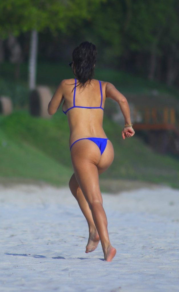Kourtney Kardashian Running And Showing 30 Of Her Tits