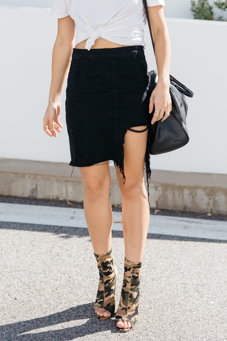 Black ripped demin skirt outfit.