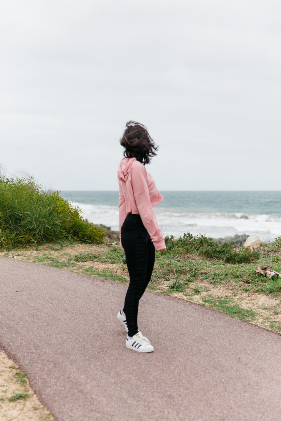 Pink cropped hoodie outfit.