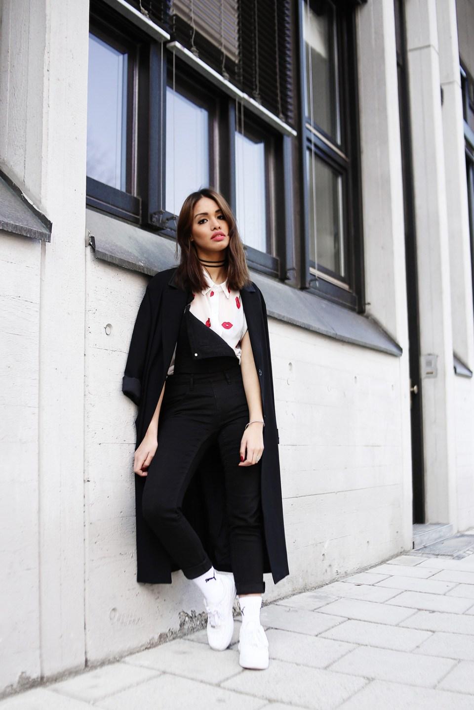thefashionanarchy_dianabuenger_details_mollybracken_cheapmonday_black_schwarz_latzhose_blogger_style_outfit_munich_fashionblog_modeblog_styleblog_kiss_print_2