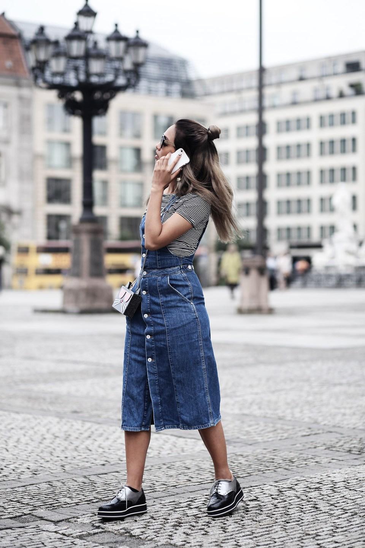 thefashionanarchy_blogger_fashionblog_modeblog_styleblog_lifestyleblog_outfit_look_inspiration_denim_latzkleid_jeans_munich_muenchen_streifen_croptop_3