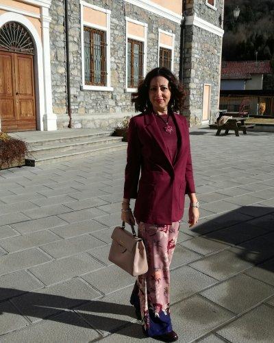 Come vestirsi per un aperitivo: un outfit in rosa e bordeaux