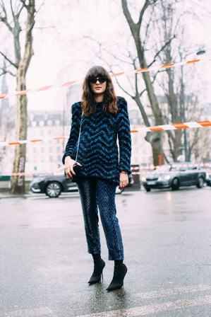 13-paris-fall-2018-street-style-zigzag-tinsel-metallic-sweater-shimmer-pants-sunglasses-black-boots