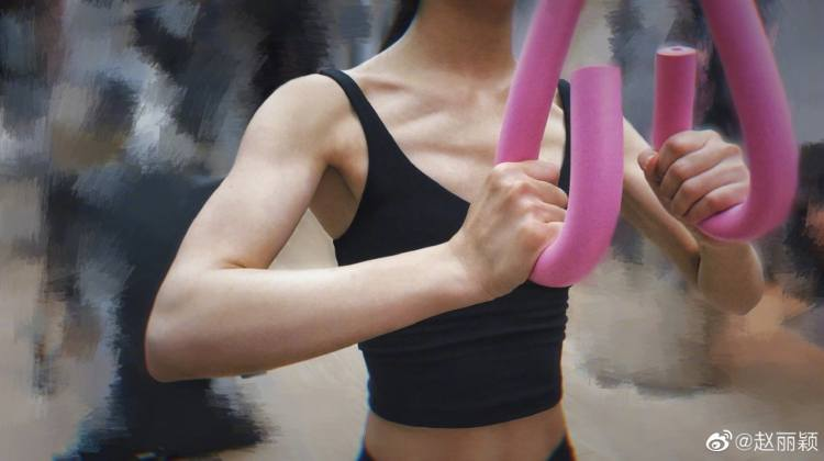 Zhao Liying shows off toned arms