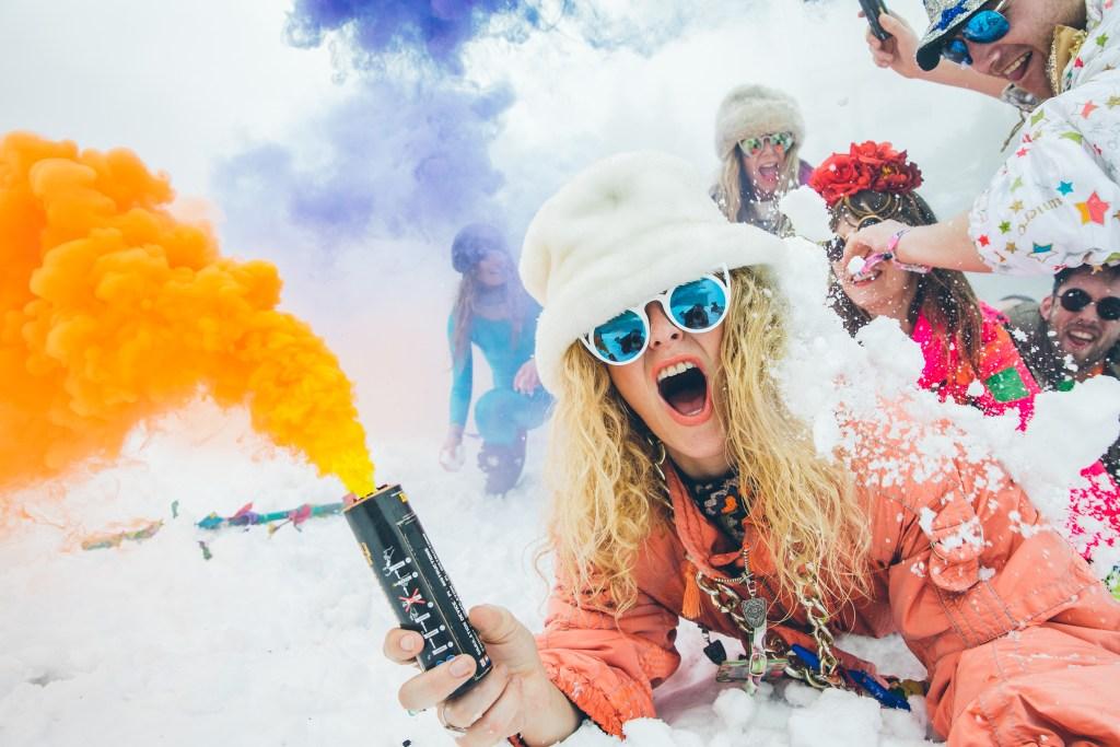 Snowbombing smoke flare
