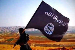 "Islamic State ""İD bayrağı ile bir militan"" by Unknown -"