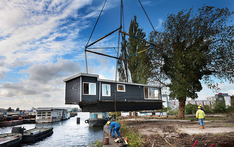 A renovated houseboat is lifted ashore at De Ceuvel. Photo by Jean-Pierre Jans.