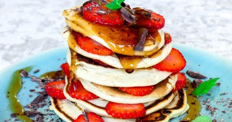 Fluffy pancakes met chocolade, aardbei en maple siroop