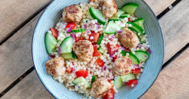 Parel couscous salade met kipgehaktballetjes