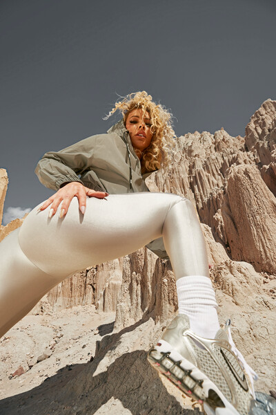 Lolo Wood in reflective active leggings