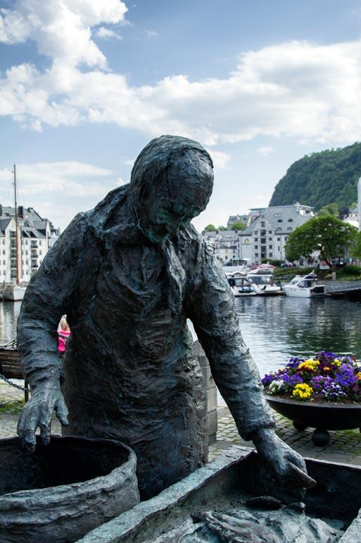 Sculpture-of-The-Herring-Wife-Alesund-Norway