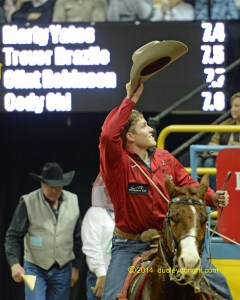 A wave of the hat from Stephenville cowboy Marty Yates after winning the tie-down in the first go-round. || Photo by DUDLEY BARKER, dudleydoright.com