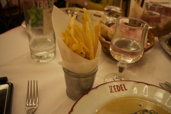 Steak Haché, Sauce au Poivre et Frites