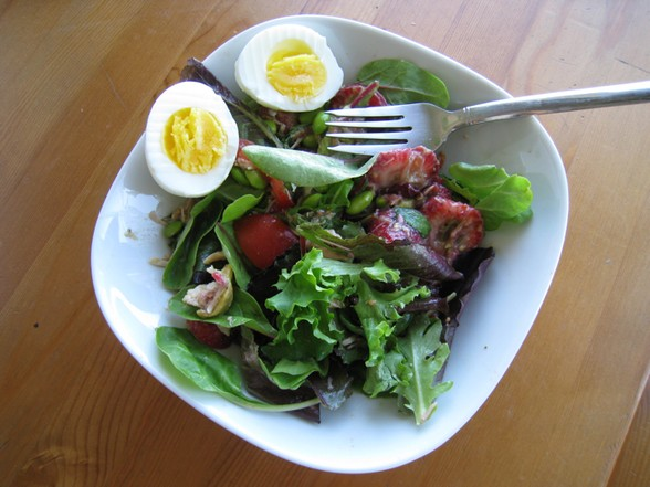 HEARTY SALAD WITH MEAT, TOMATOES, AVOCADO, EDAMAME, AND BERRIES recipe