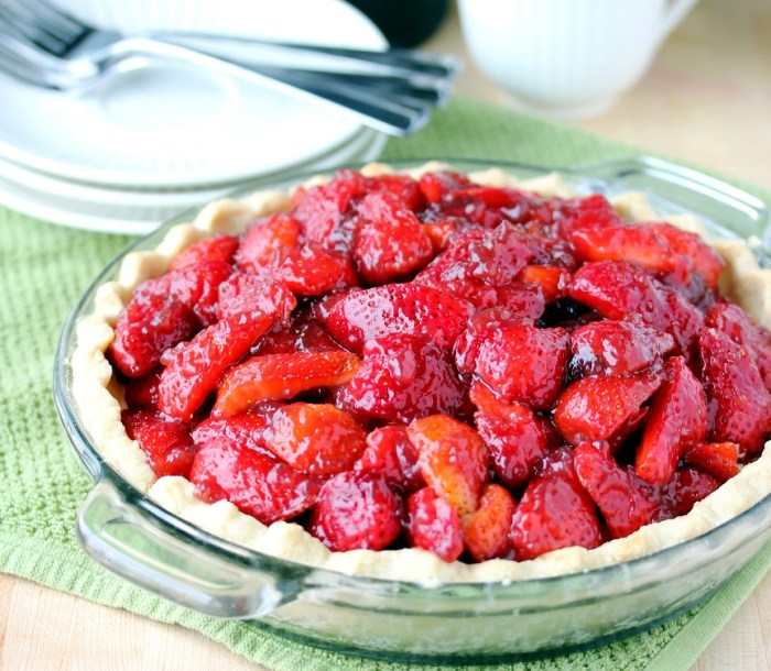 http://lisasdinnertimedish.com/strawberry-cream-pie-with-pomegranate-glaze/